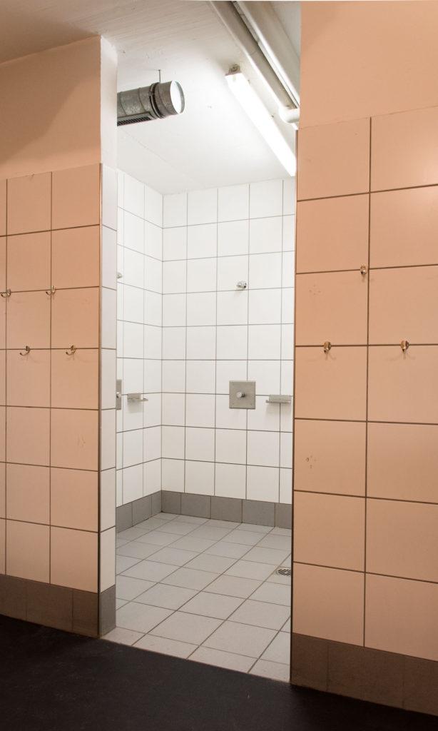 Eishalle-Gurlaina-Scuol-Eishockey-Duschen