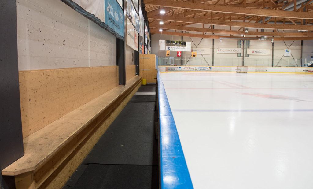 Eishalle-Gurlaina-Scuol-Eishockey-Spielerbank