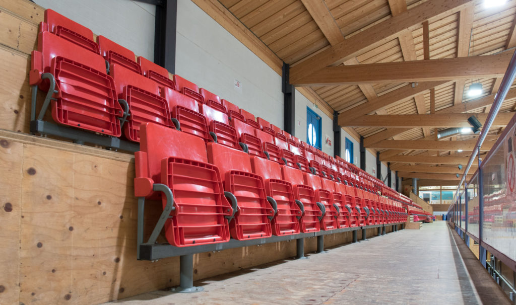 Eishalle-Gurlaina-Scuol-Eishockey-Tribuene